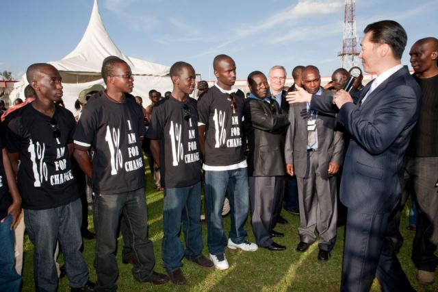 Dr. Moon addresses members of 1% for Change and Peace at the Moi Forces Academy during the Global Peace Festival in Nairobi, Kenya in 2010.